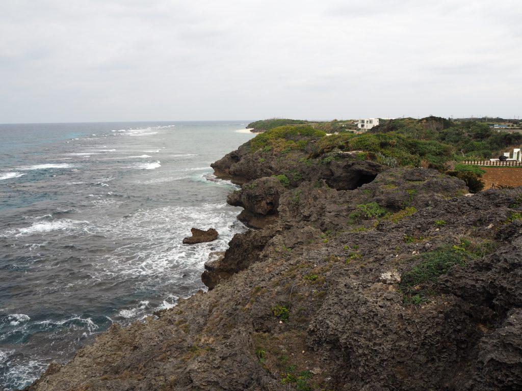 遊歩道から断崖絶壁を望む
