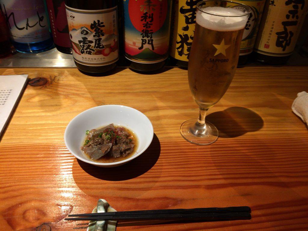 サッポロ生ビールとお通し(牛すじとこんにゃくの煮物)