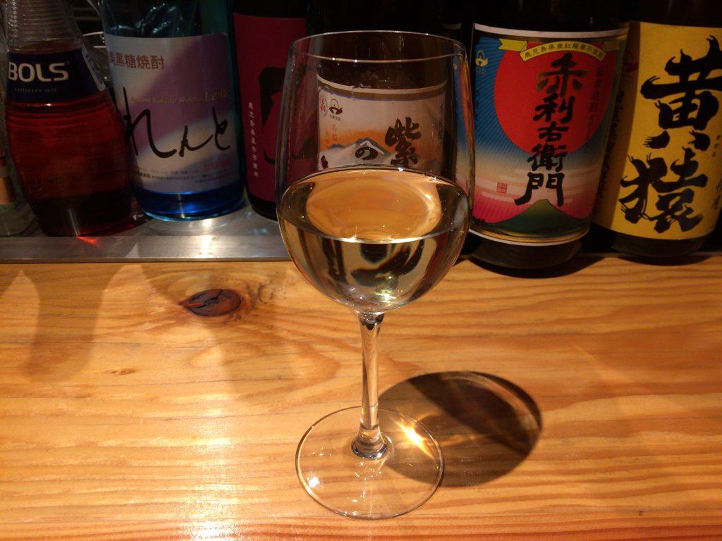 グラスワイン(白)。このお店はボトルワインの種類も豊富だ