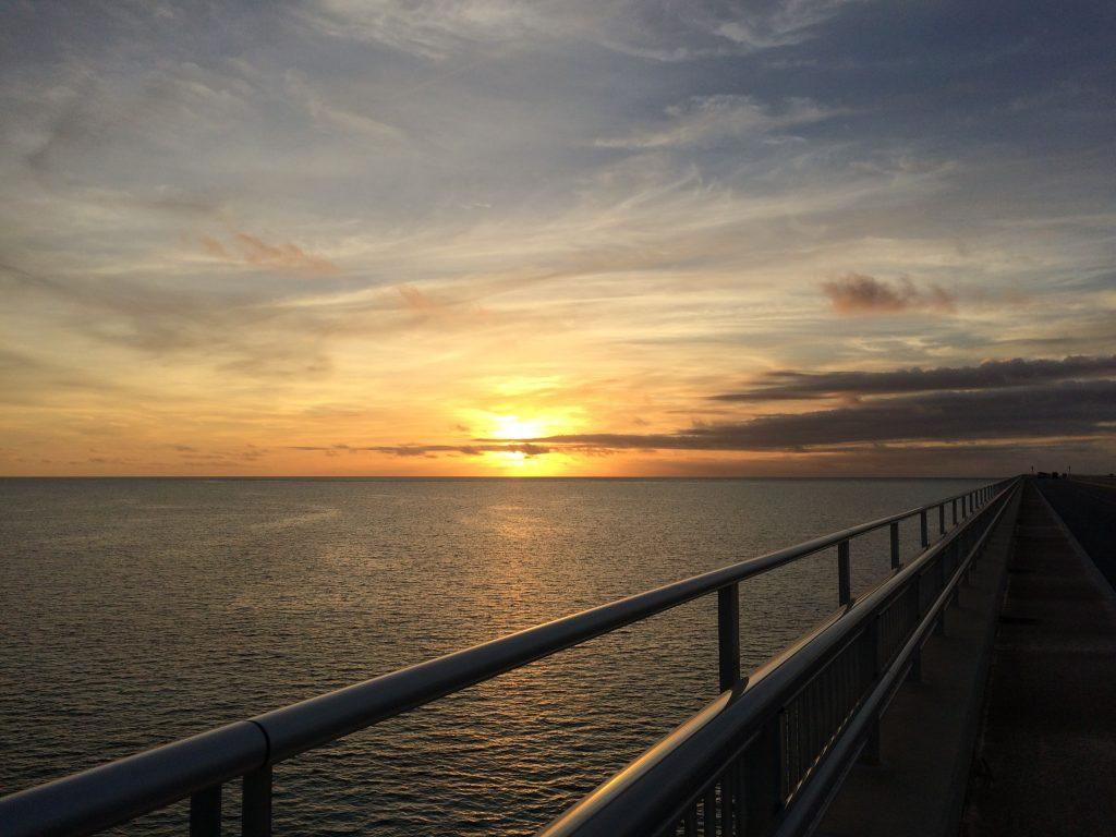 伊良部大橋から沈む夕日を眺める