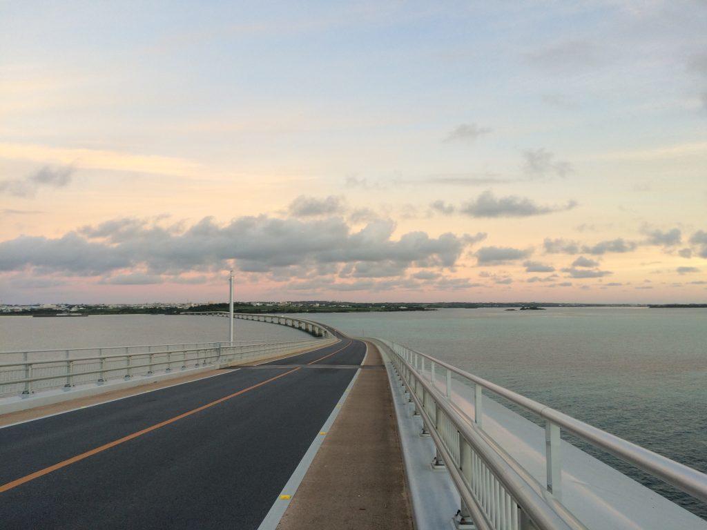 伊良部大橋から宮古島を望む