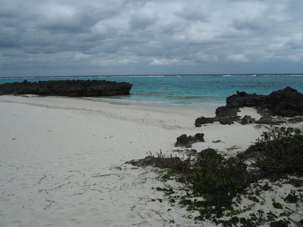 真っ白な砂浜が印象的だ