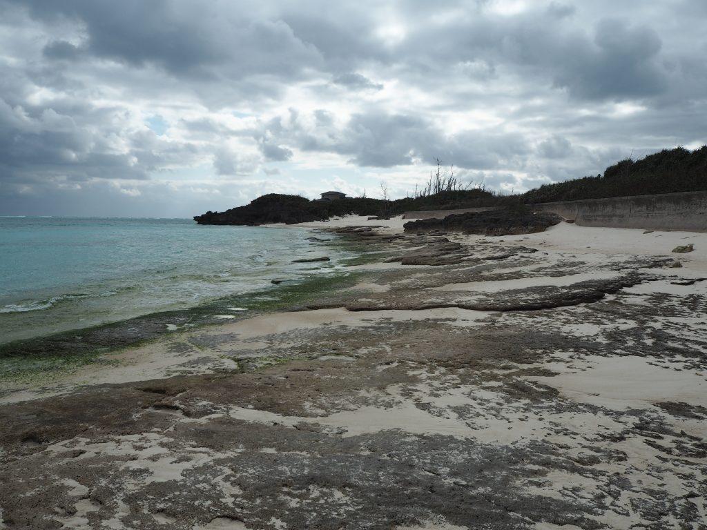 寺崎海岸。岩場でゴツゴツとしたビーチだ