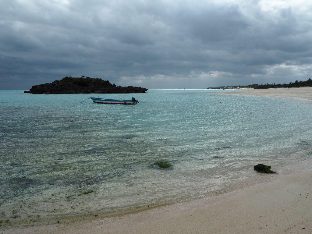 白い砂浜が続く大金久海岸。与論島に来たら必ず訪れたいスポットだ
