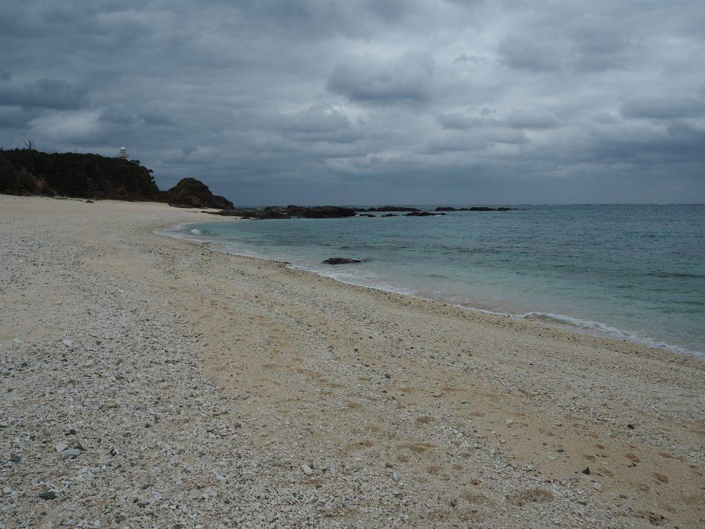 広い砂浜と岩場が特徴的な赤崎(あかさき)海岸