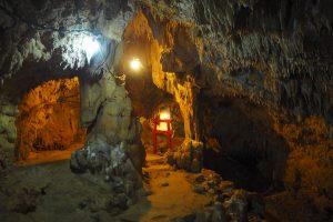 鍾乳洞の中には鳥居がある
