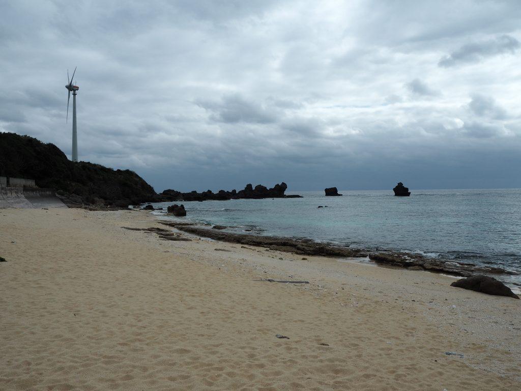 前浜海岸から風車を望む