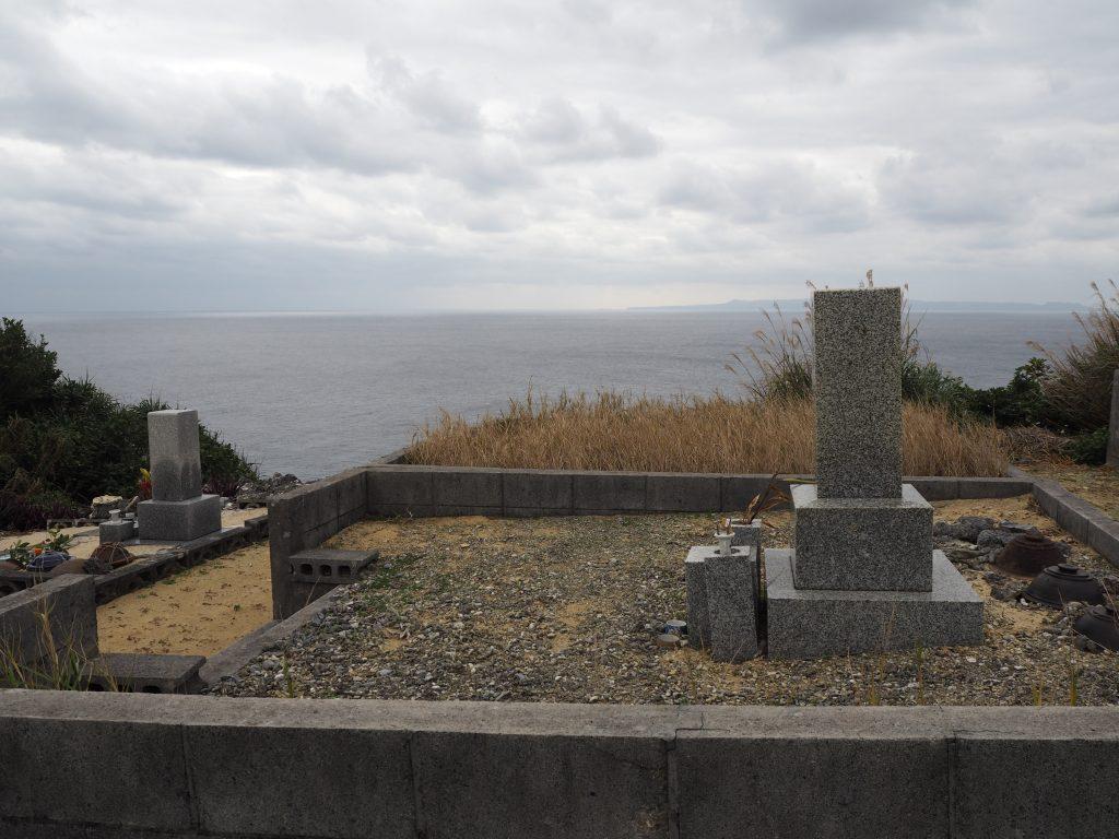 沖縄本島を望む場所に墓地がある