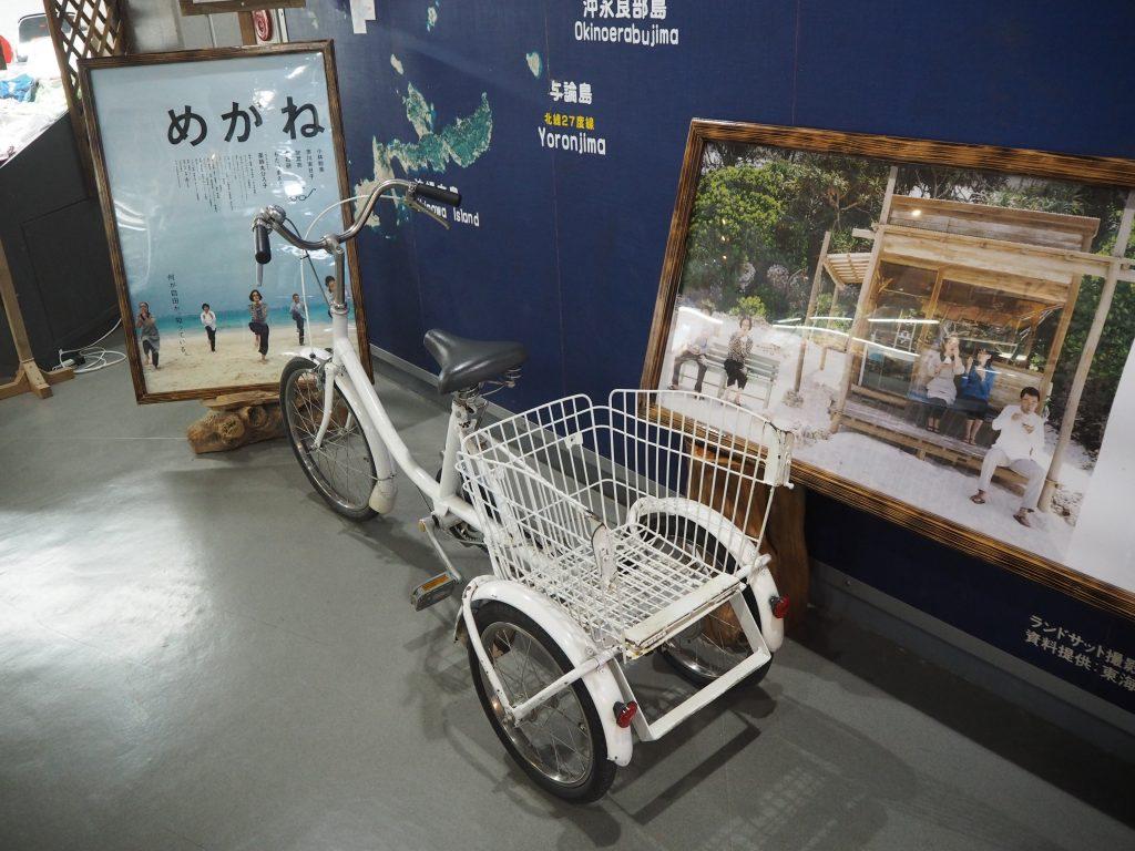 映画「めがね」で使用された自転車。1階の受付横に展示されている