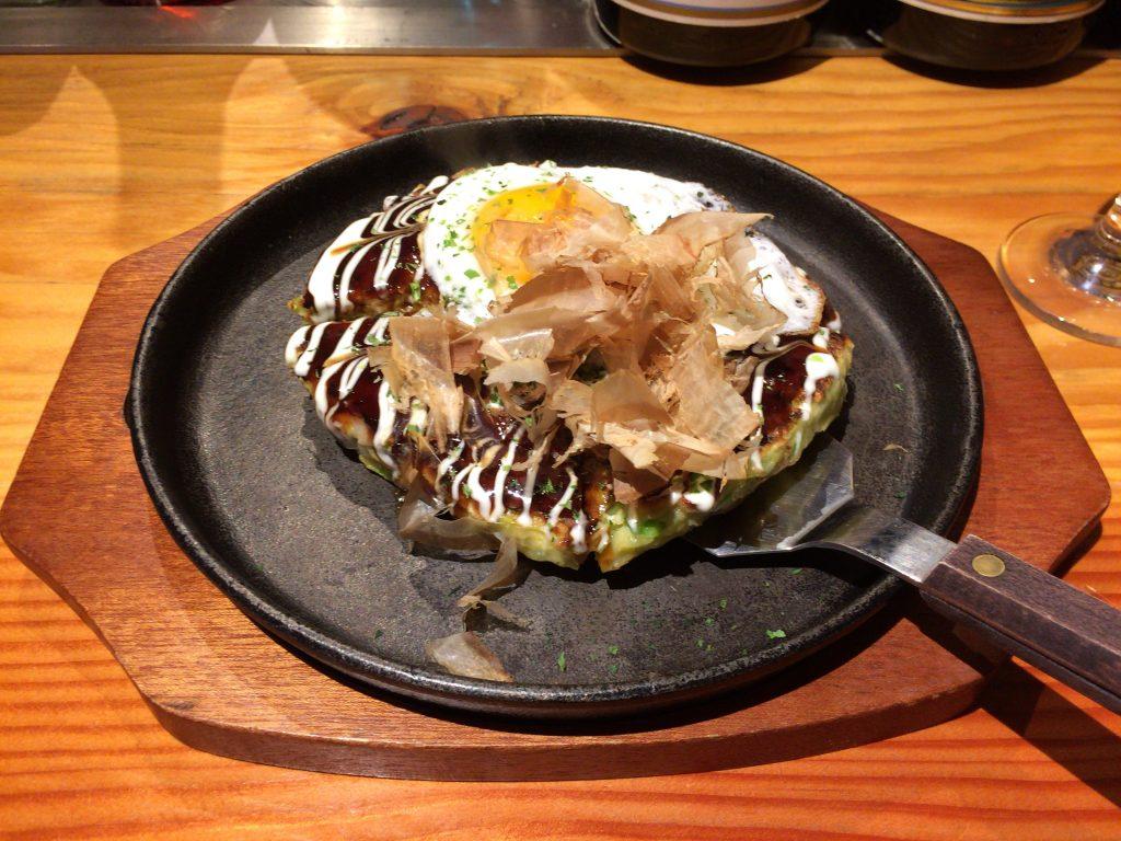 豚玉お好み焼き(月見のせ)。大阪人も納得の味だ