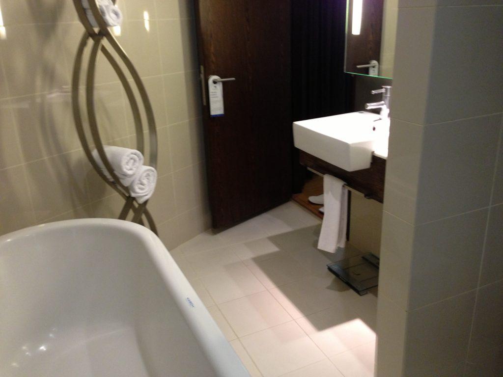 バスタブ付きのシャワー&トイレルーム
