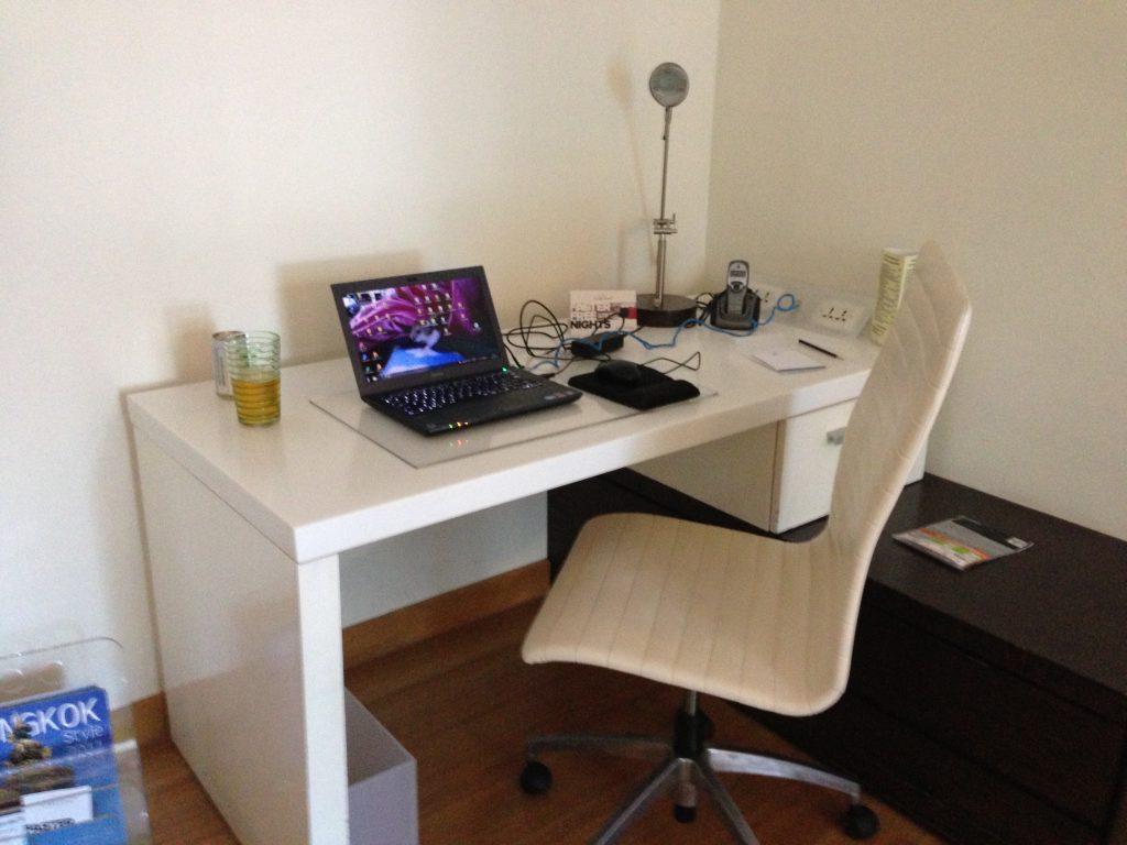 十分なスペースがある書斎デスク