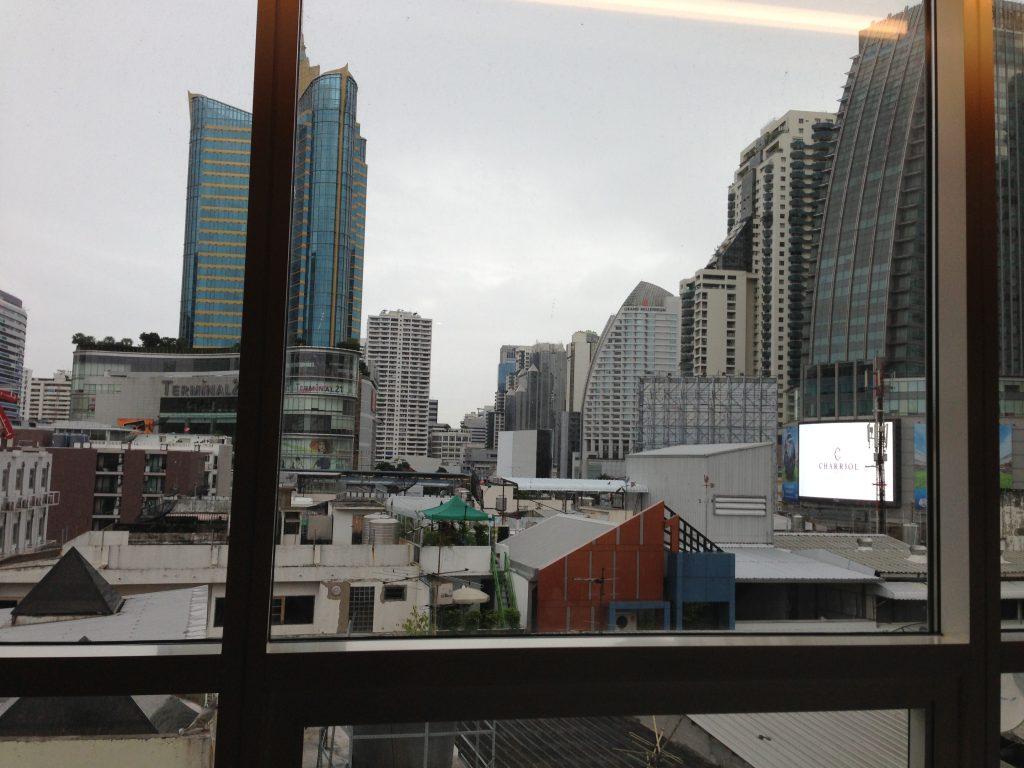 部屋の窓から見るバンコクの街並み