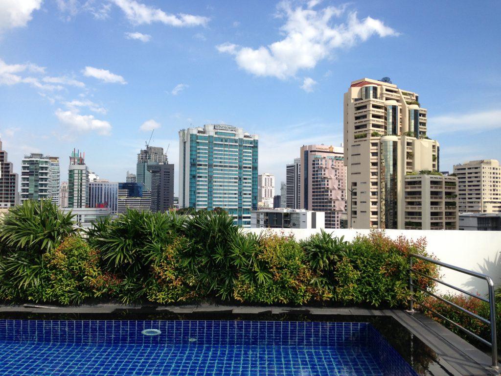 プールがあるホテルの屋上