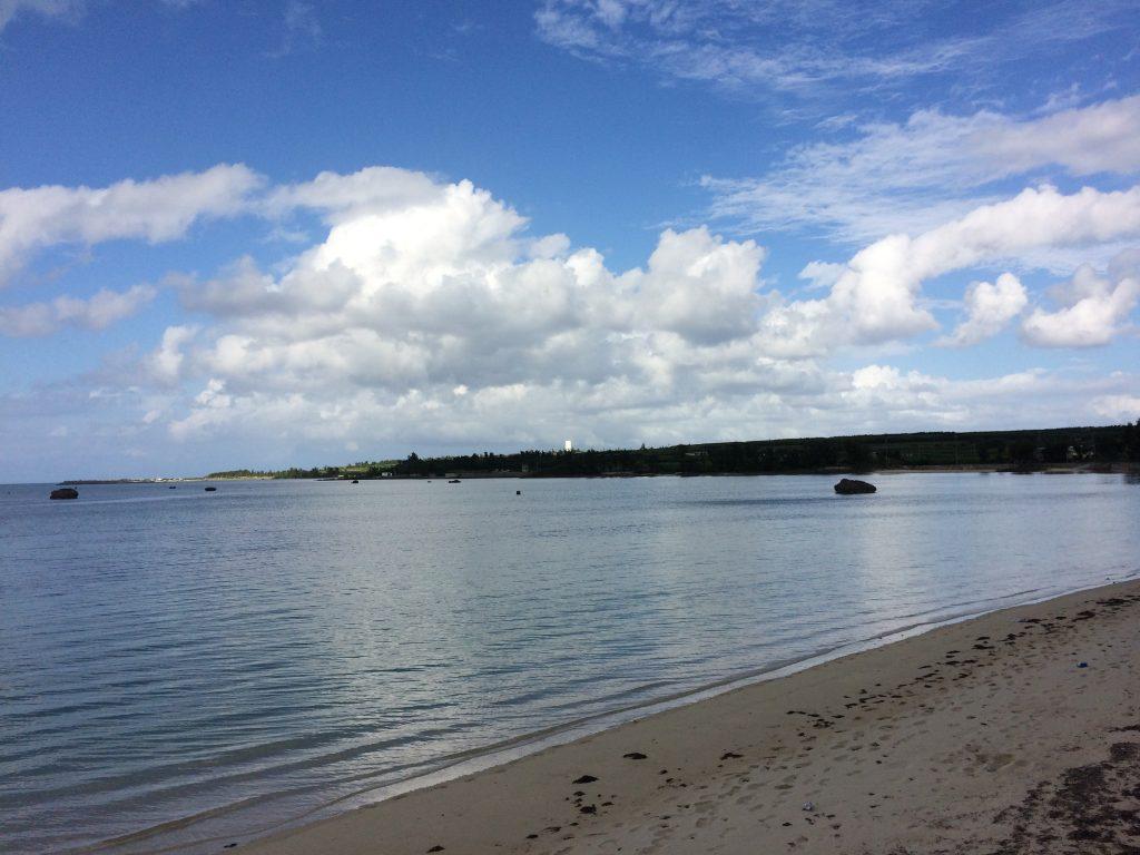 砂浜の向こうに遠浅の海が広がる