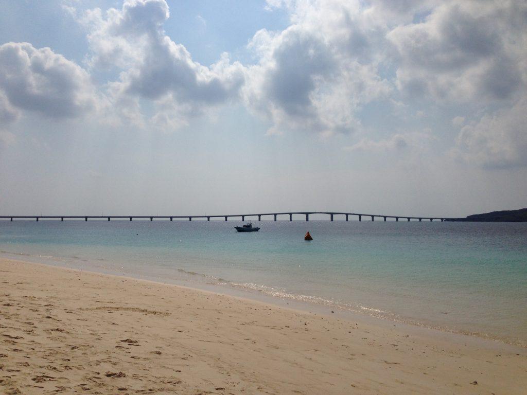 与那覇前浜ビーチから来間大橋を望む