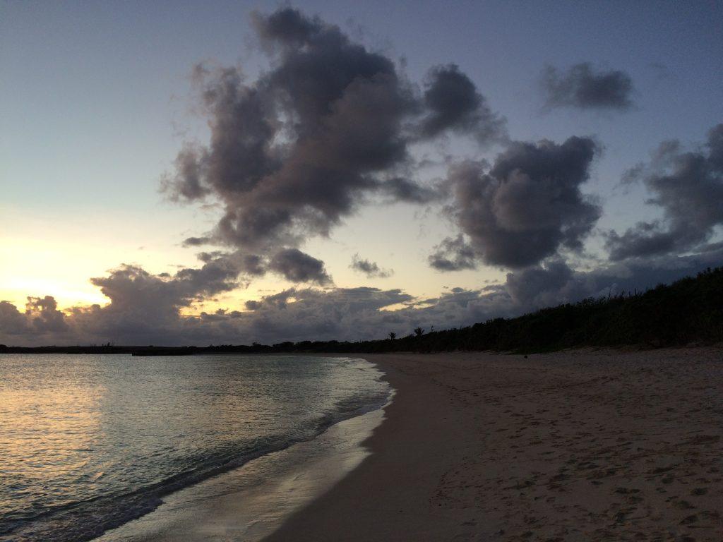 日が沈んだ後の人気のないビーチ
