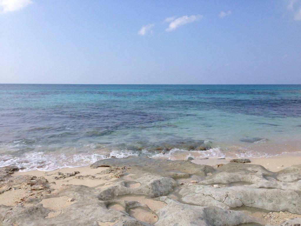 岩場の多い長間浜のビーチ