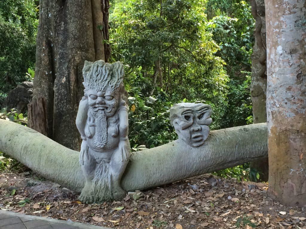 彫刻が施された石像