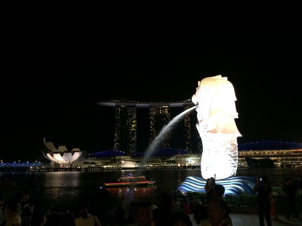 シンガポールの夜景にマーライオンが映える