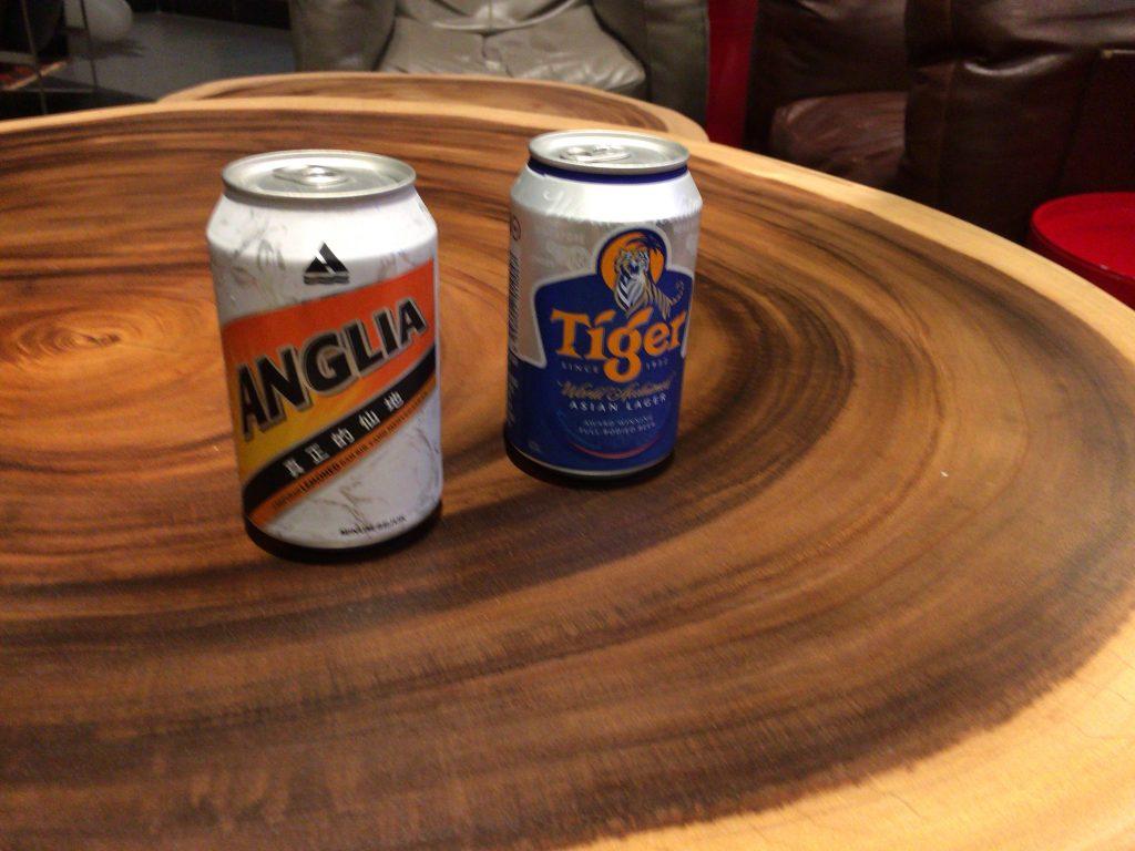 マレーシアのアングリア(アルコール度数1%のレモンビール)とシンガポールのタイガー