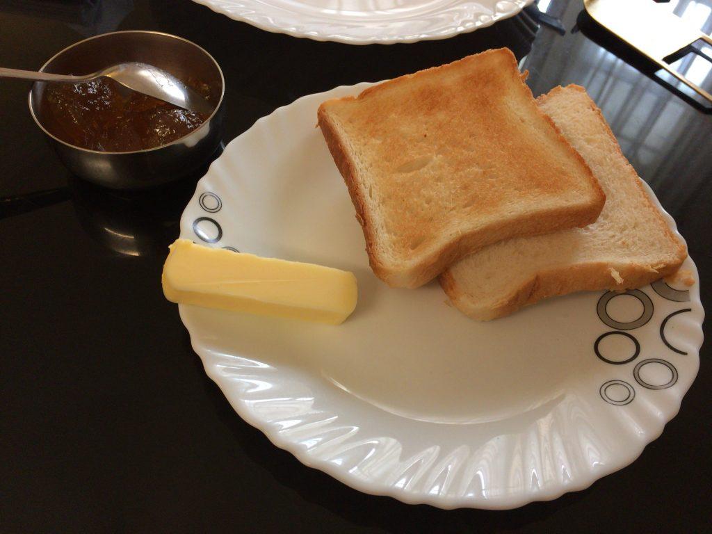 パン。バターとジャムでいただく
