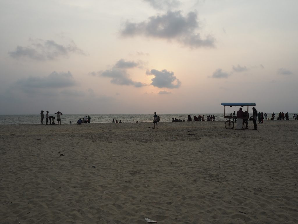夕暮れ時のアレッピービーチには人が集まってきていた