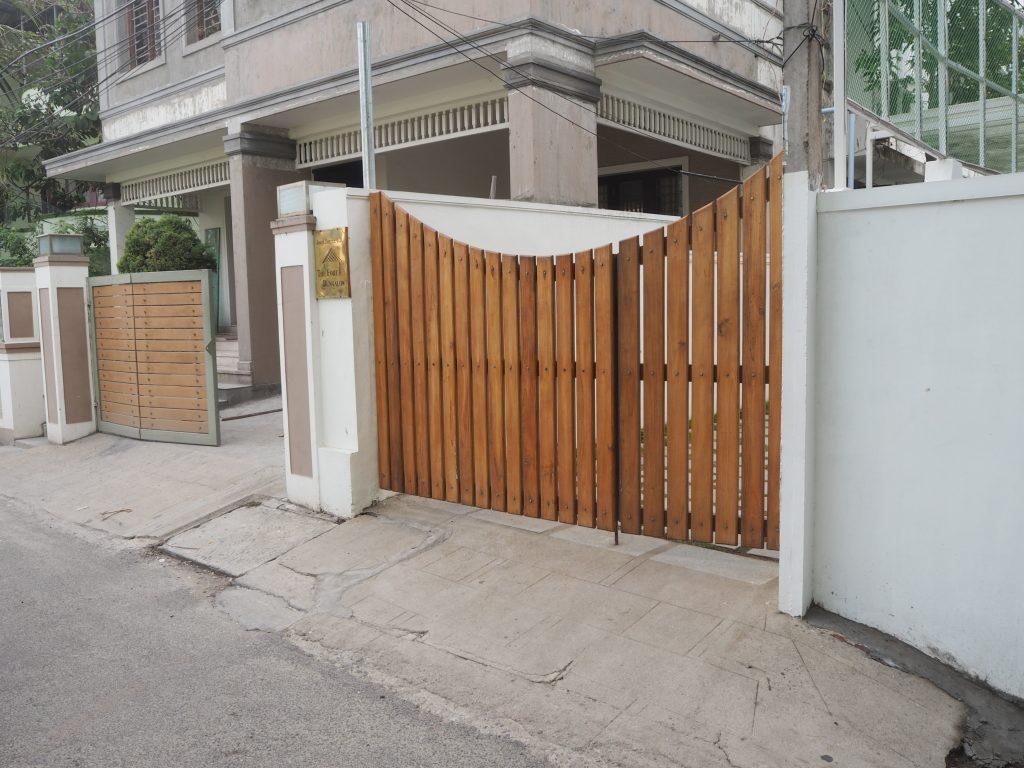 「ザ フォート バンガロー」入り口のゲート