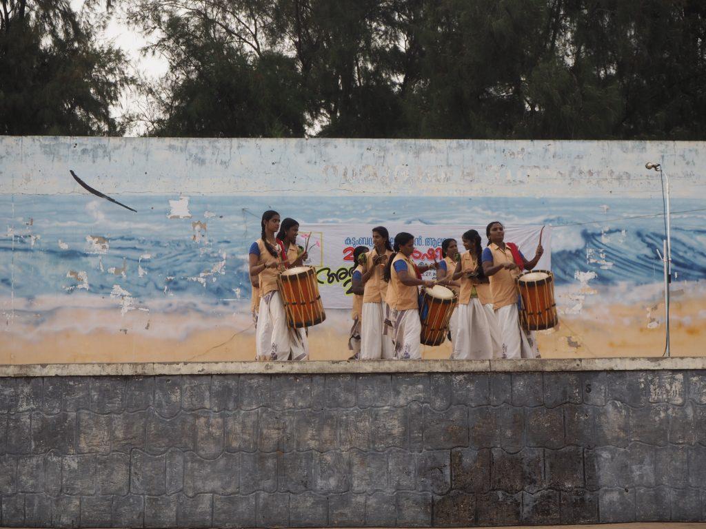 ビーチにある舞台ではパフォーマンスが行われている