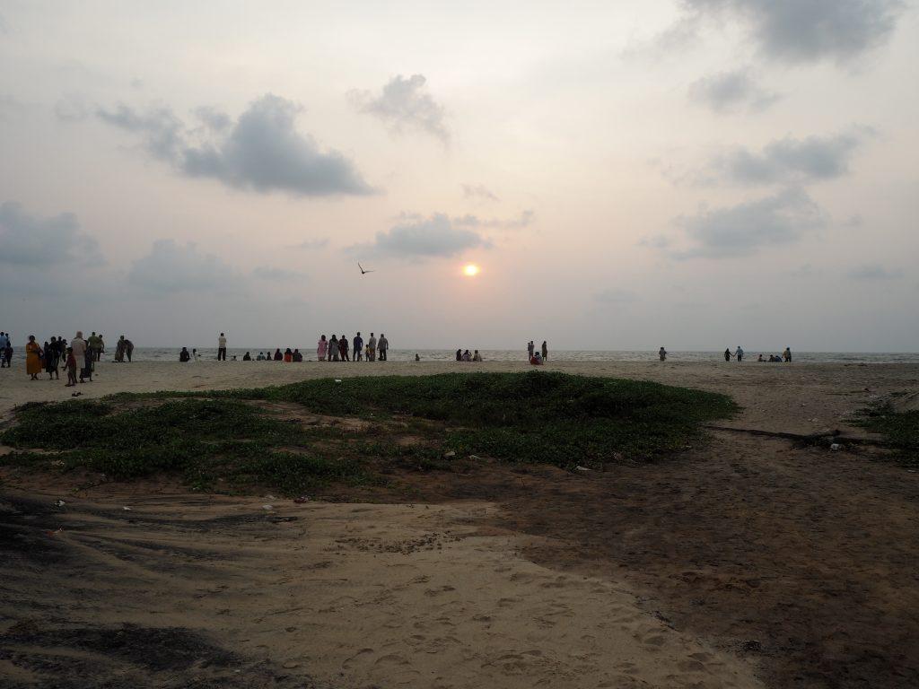 アレッピービーチからアラビア海に沈む夕日を望む