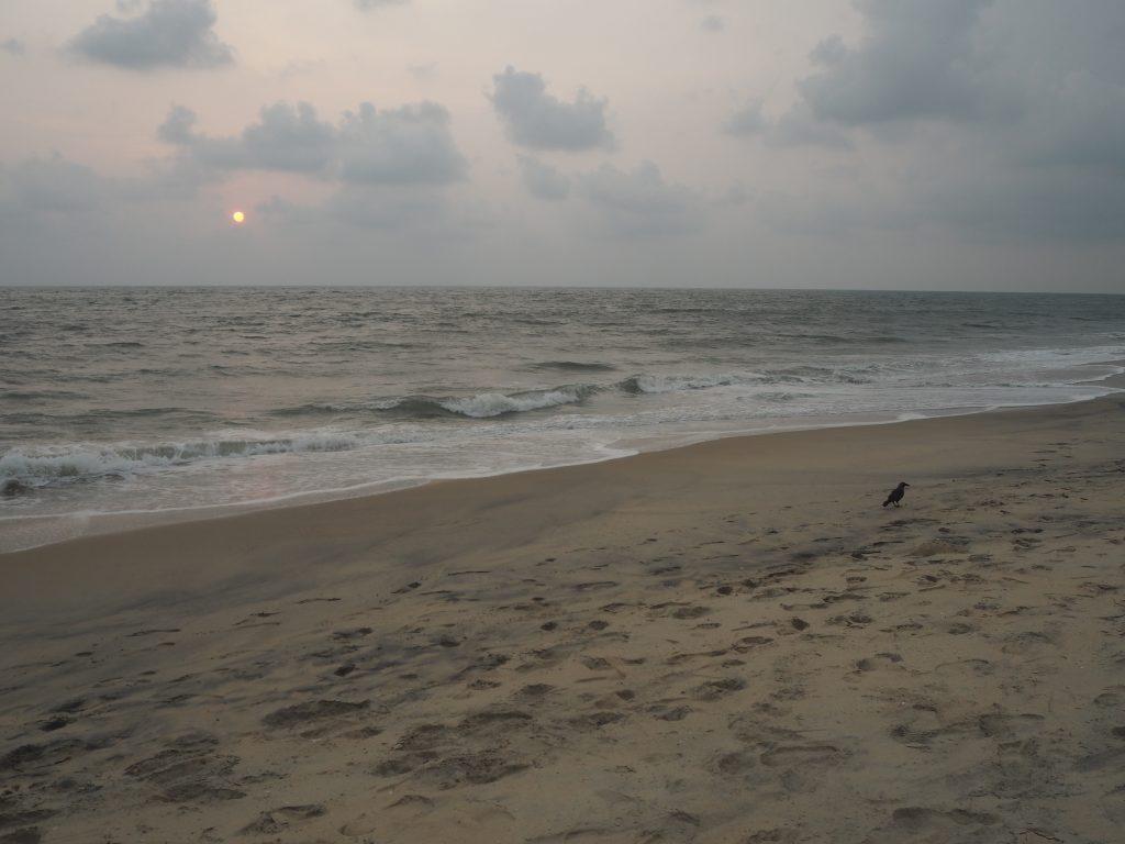 ビーチの中心部から離れると人影も少なくなる