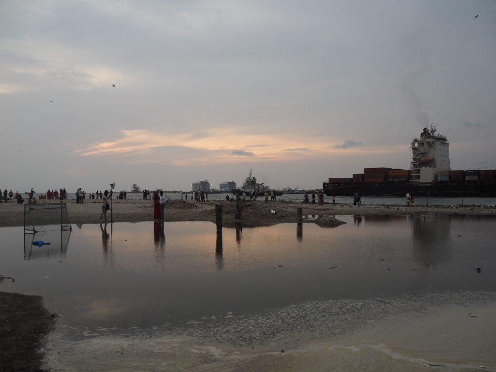 夕暮れ時のフォートコーチンのビーチ。海には大きな貨物船が行き来する