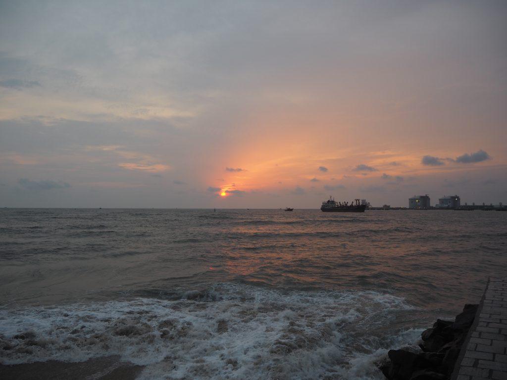 アラビア海に夕日が沈んでいく