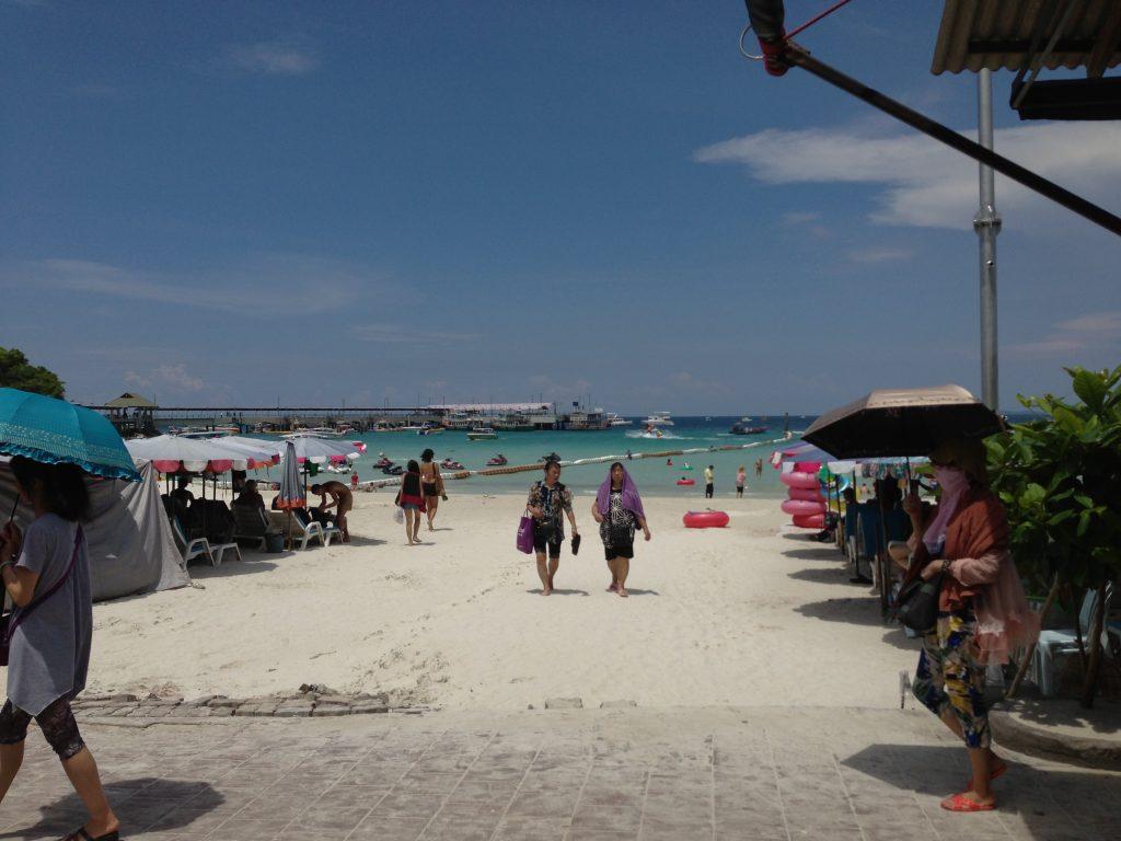 観光客で賑わうタワエンビーチ(Tawaen Beach)