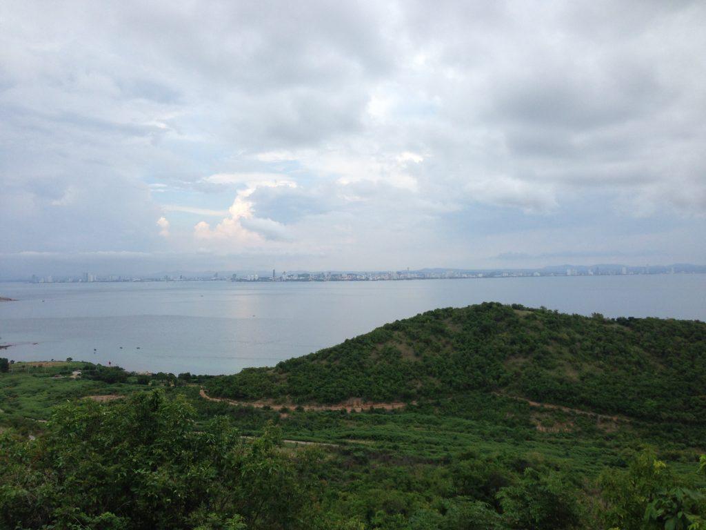 ラン島からパタヤ市街地を望む