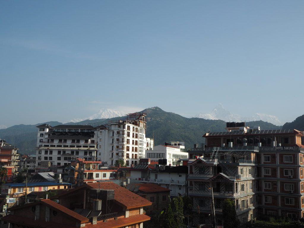 部屋のバルコニーからの眺め。ヒマラヤの白い山々が見える