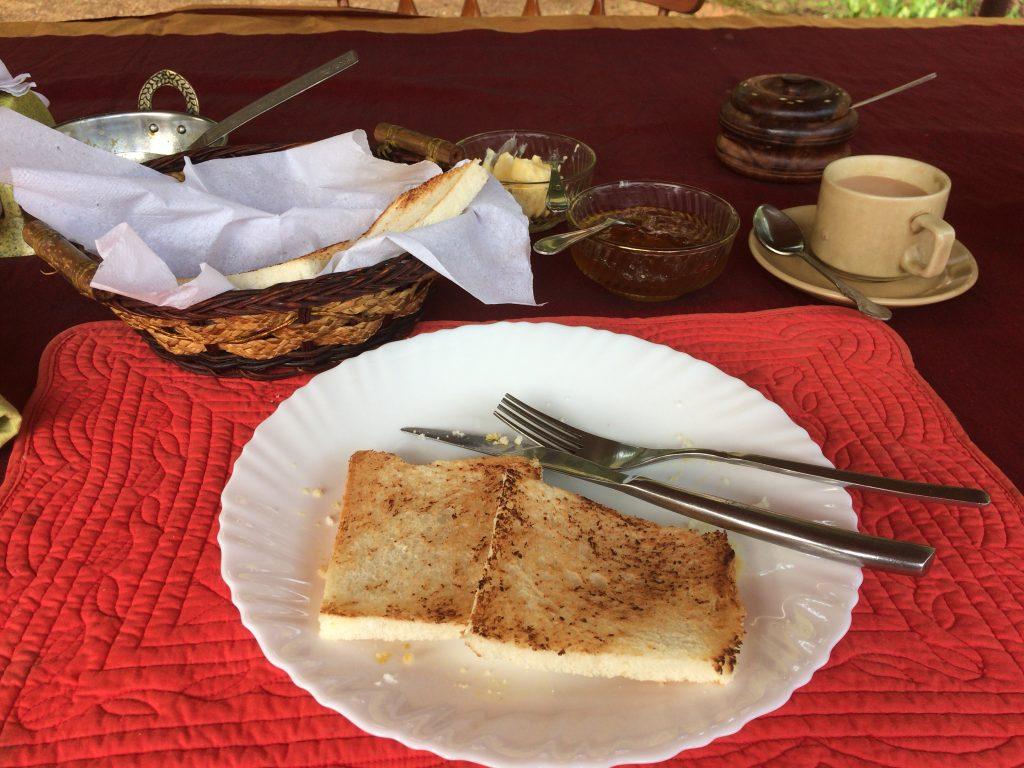 パンとチャイ。炭水化物多いな