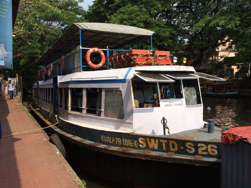 アレッピー(アラップーラ)とクイロン(コーラム)を結ぶ公営の観光ボート