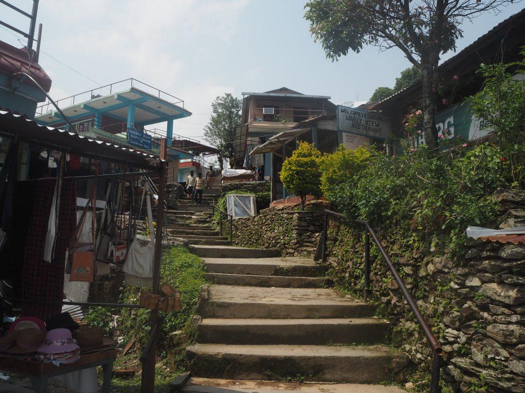 展望台へと続く階段。両側にはお土産屋やレストランが並ぶ