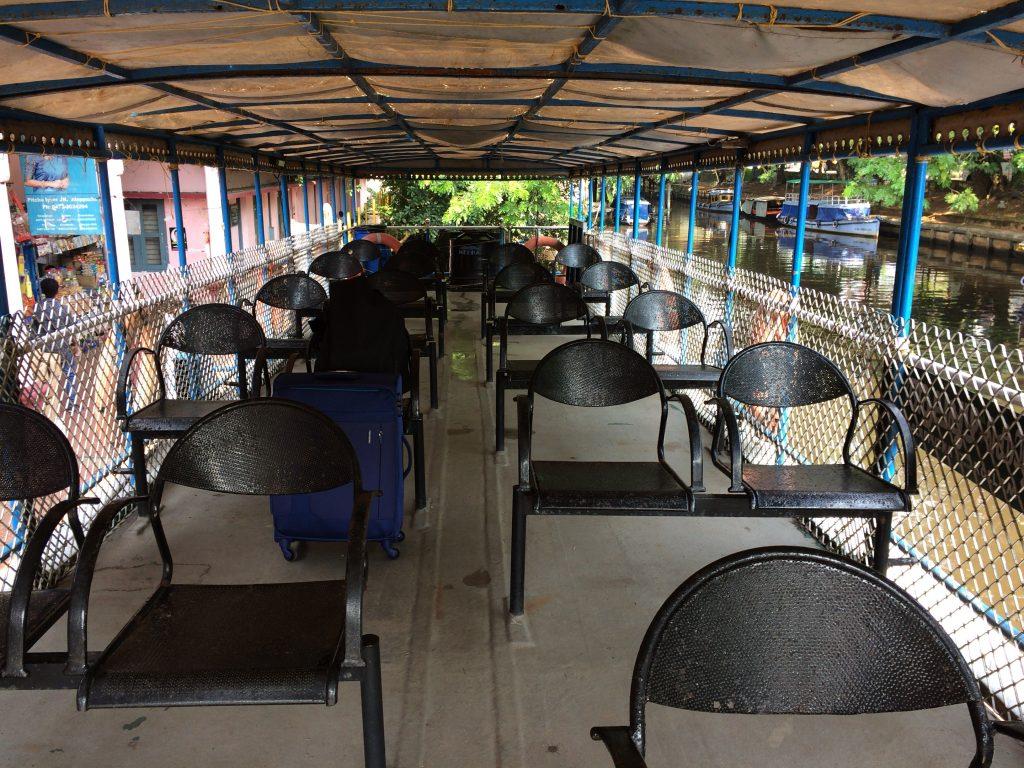 ボートの2階席。椅子のサビが目立つ