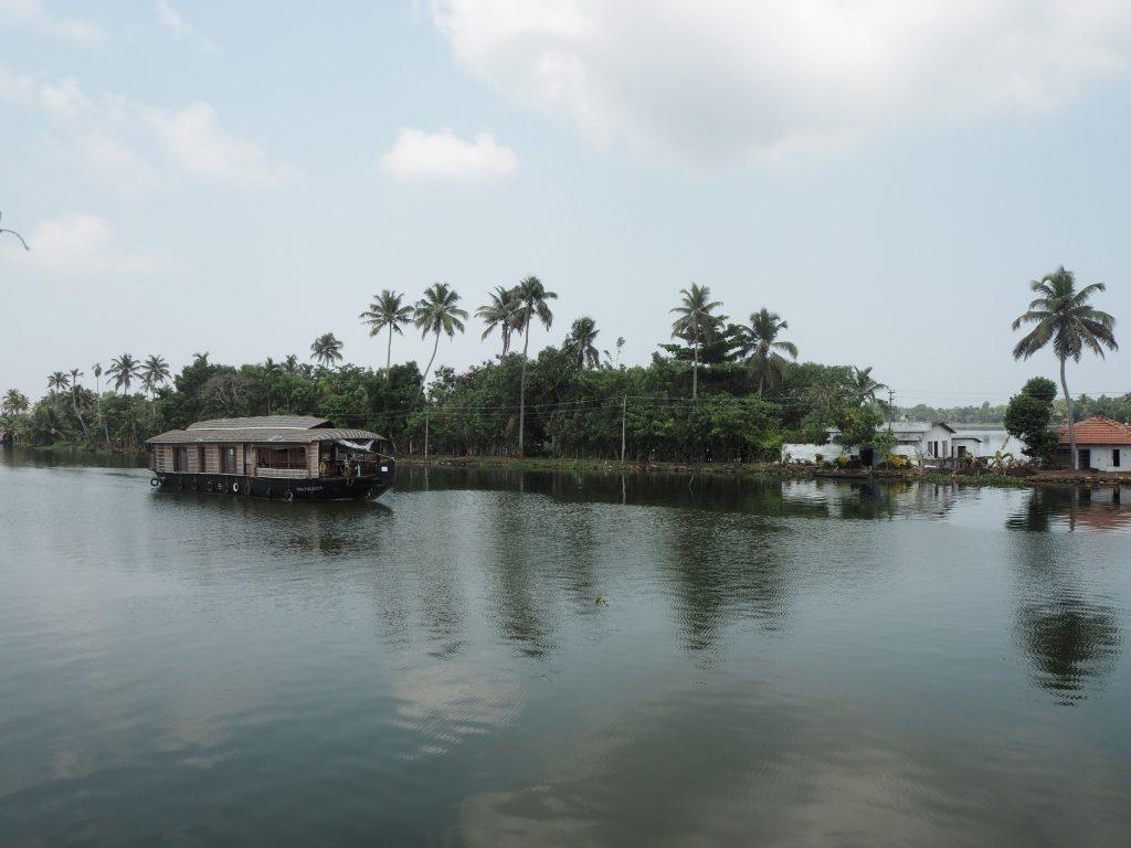 アレッピーの水郷地帯では数多くのハウスボートが行き来する