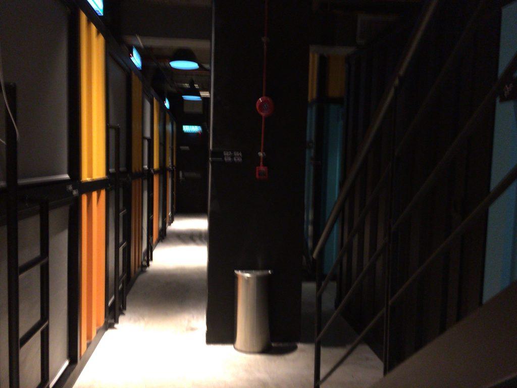 迷路のように入り組んだホテル内部