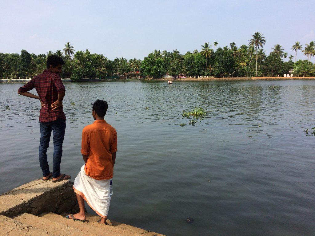 ボートを待つ島の青年たち
