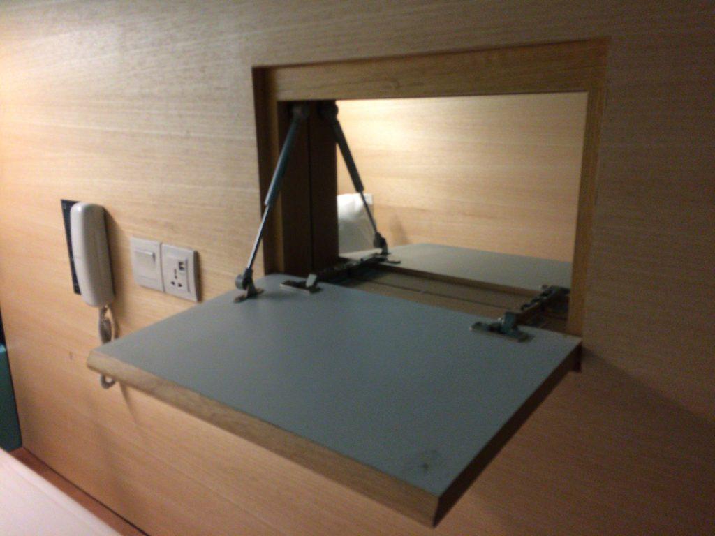 収納式のテーブルと鏡