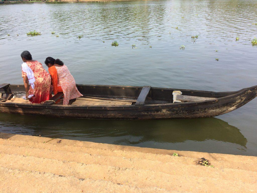 島へ渡る小さなボート