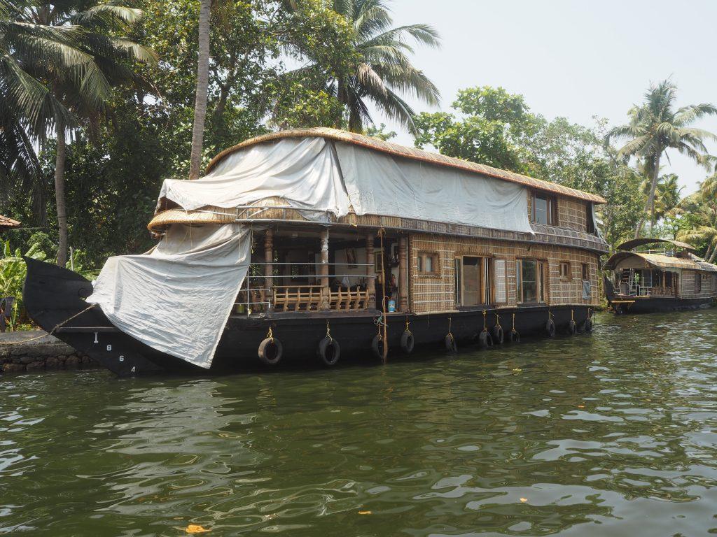 アレッピーに停泊するハウスボート