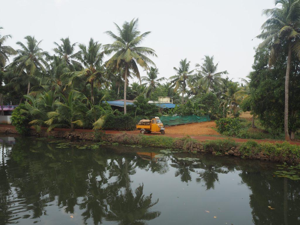 岸辺には小さな村が点在する