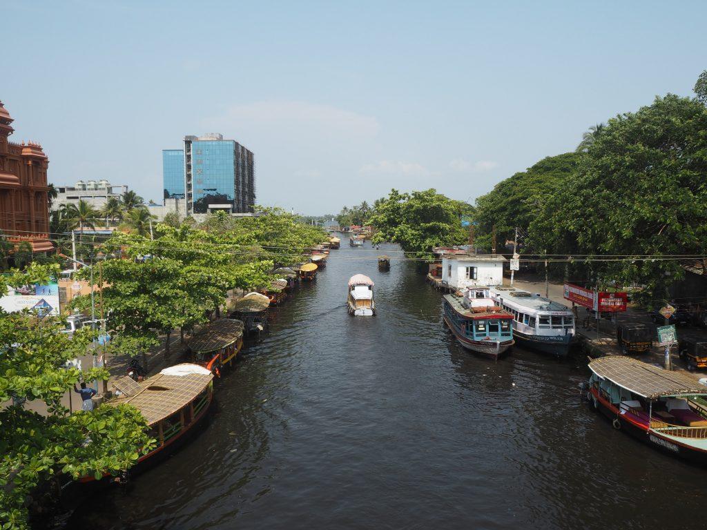 運河が流れるアレッピー(アラップーラ)の街並み