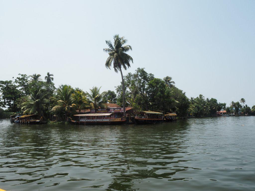 島には数多くのボートが停泊している