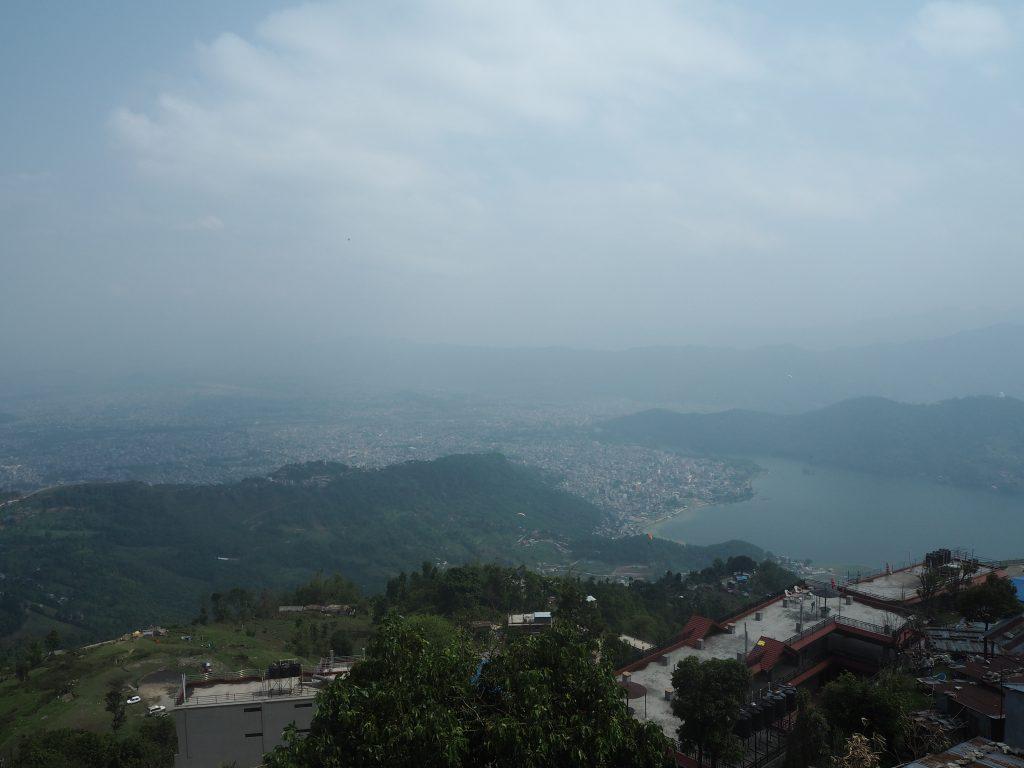 ポカラの街とフェワ湖を望む
